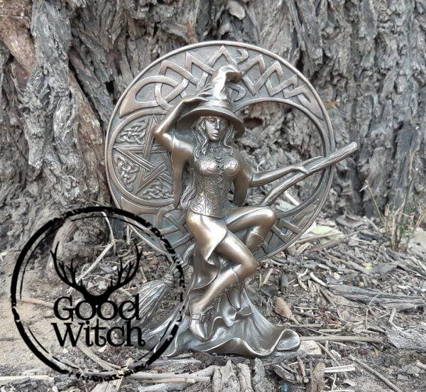 פסל מכשפה על מטאטא עם ירח קלטי